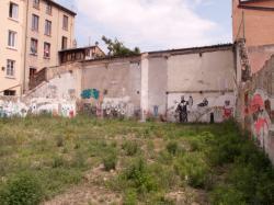 Un terrain délaissé et des immeubles