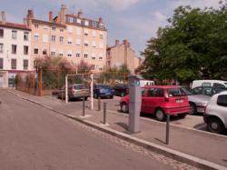 Le jardin nomade Brin d'Guill' : un jardin de quartier partagé vu depuis la rue Mazagran
