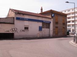 Une maison et un atelier de mécanique auto rue Francis de Pressensé