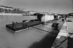 [Une barge sur le quai Victor Augagneur]
