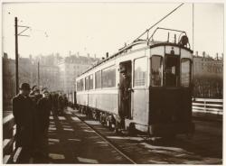 [1945 : Sur le pont Morand (provisoire) le tramway remorque un train de charbon]