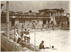 [Cours de natation à la piscine d'été de Cusset, vers 1935]