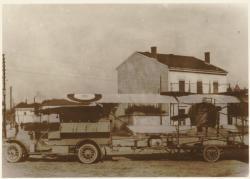 [Fort Lamothe, guerre 1914, transport d'un avion démonté]