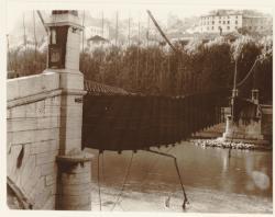 [La passerelle Saint-Georges détruite, vue prise depuis la rive gauche de la Saône]