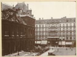 [La place de la Bourse, le Palais du Commerce et le Grand Hôtel, rue de la République, vers 1930]