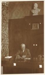 [Hôtel de ville de Villeurbanne : Lazare Goujon, maire de la ville et député du Rhône, assis à son bureau]