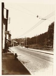 [Une route avec des rails de tramway, à Lyon]