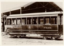[Voiture remorque mixte AB (1re-2e classe) du tramway à vapeur, au dépôt]