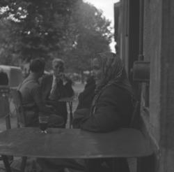 [Portrait de femme à la terrasse d'un café]