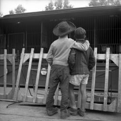 [Deux enfants côte à côte II]