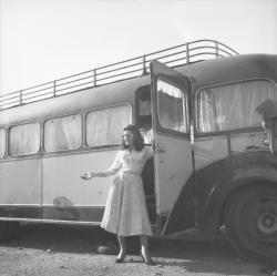 [Jeune femme descendant du bus]