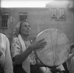 Gitane jouant du tambourin