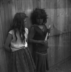 [Deux jeunes filles tsiganes adossées à un mur]