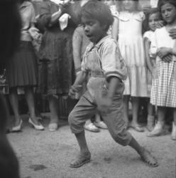 [Portrait d'un enfant en train de danser]