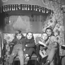 [Portrait de famille tsigane à l'intérieur de leur caravane]