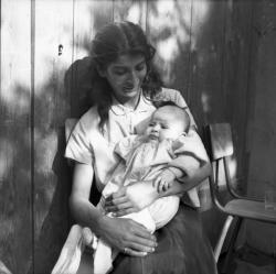 [Une mère et son nouveau né]
