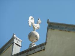 Façade du garage du Soleil, rue Saint-Maurice : coq-girouette