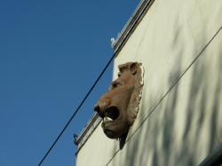 Façade du garage du Soleil, rue Saint-Maurice : tête de lion