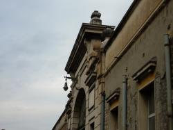 Détail du porche central de l'ancienne usine RVI [Renault-Véhicules-Industriels]