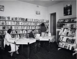 [Salle de prêt adultes de la bibliothèque du 2e arrondissement]