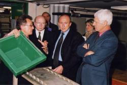 [Patrick Bazin, directeur de la bibliothèque de Lyon, expliquant le fonctionnement du Pater Noster à M. le maire, Gérard Collomb, Patrice Béghain et ... ,]