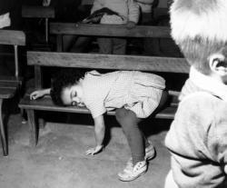 [Une Petite fille dort sur un banc]