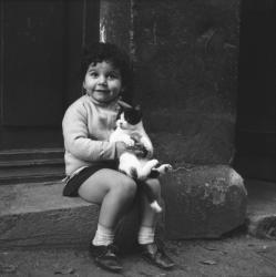 [Une petite fille avec son chat]