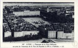 Lyon : Panorama de la Place Bellecour ; vue prise de l'Ascenseur de la Tour de Fourvière à 376 m. d'altitude.
