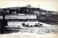 Lyon. - Place Bellecour et coteau de Fourvière