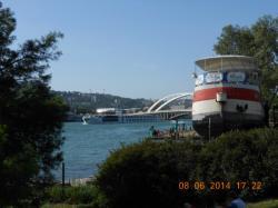 [Un bateau sur le Rhône, au fond le pont Raymond-Barre]