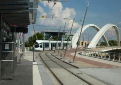 Tramway T1 sur le pont Raymond-Barre