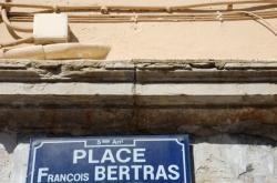 [Marque de tâcheron à l'angle des places François-Bertras et de la place Benoît-Crépu]