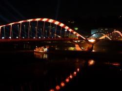 Une barge sous le pont Schuman lors de son inauguration
