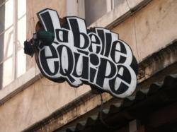 """Rue des Tables-Claudiennes : Enseigne de """"La Belle Equipe"""""""