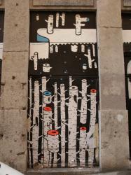 Rue Camille Jordan : Tag-déco à la fenêtre d'un bistrot
