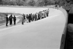 [Championnats du monde de cyclisme sur piste (1989) : inspection du vélodrome Tête-d'Or par le comité d'organisation]