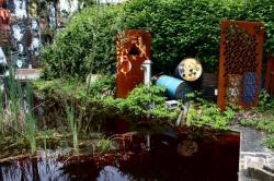 La Demeure du Chaos : vue sur le petit étang de la maison principale