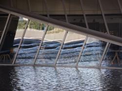 Reflets sous le ventre du Musée des Confluences