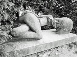 """[""""La Déchirure"""", sculpture de Nathalie Pesselon (1986)]"""