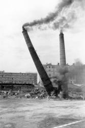 [Démolition des cheminées de l'usine Brown, Boveri et Cie (B.B.C.)]