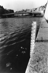 [Barre de niveau d'eau sur les quais de la Saône]