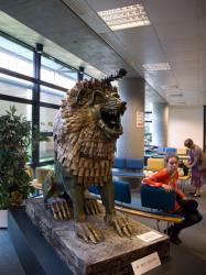 Sculpture réalisée par Malika Mihoubi et Marie-Claire Cordat, bibliothèque de l'Université Jean Moulin Lyon 3.
