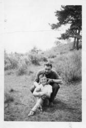 [Monsieur Richard, ancien ouvrier de la Rhodiaceta, avec son fils Jean-Michel, à Tence (Haute-Loire)]