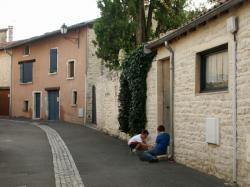 Anse, rue et maison du village