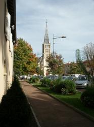 Anse, place devant l'église Saint-Pierre