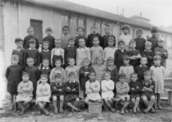 [Souvenir scolaire : école des garçons de La Poudrette à Vaulx-en-Velin, 6e classe (année 1935-1936)]