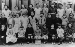 [Souvenir scolaire : école des filles de La Poudrette à Vaulx-en-Velin, 1re classe (année 1936-1937)]