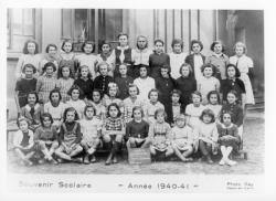 [Souvenir scolaire : école des filles de La Poudrette à Vaulx-en-Velin, cours supérieur, 1re année (année 1940-1941)]