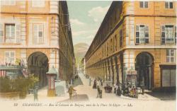 Chambéry : Rue et Colonne de Boigne vues de la place St-Léger.