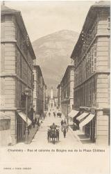 Chambéry : Rue et colonne de Boigne vues de la place Château.